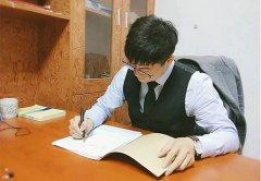 南京离婚律师吴宗涛在写材料